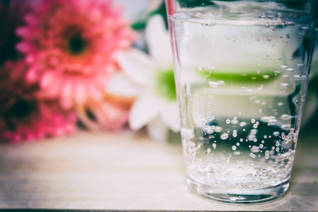 部屋に輝く水のガラス 写真素材