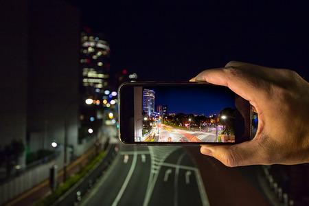 モバイル デバイスでは夜間撮影の街の灯