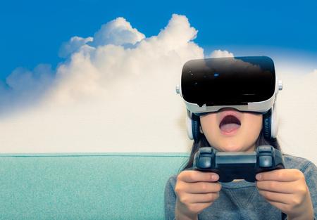 VR メガネをかけていると、ゲームを楽しむ女の子