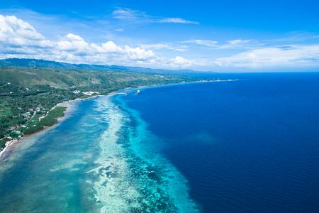 Tomando la vista de la isla de Cebú desde el cielo con aviones no tripulados Foto de archivo - 92130868