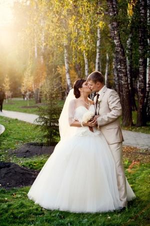 autmn: Newlyweds kissing outdoor