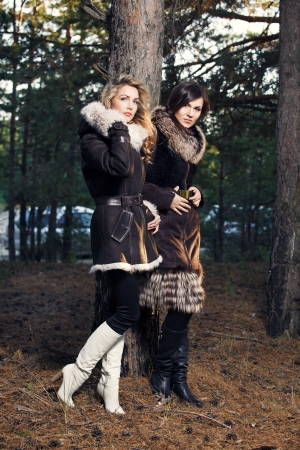 Junge Frauen mit Seasonal Fashion photo