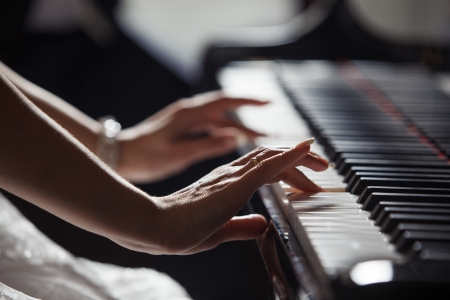 ピアノを弾く