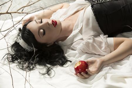 petite fille avec robe: pomme neige fille blanche empoisonné