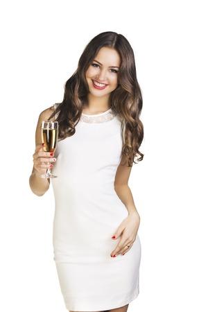 Junge feiert Frau im weißen Kleid. Schönes vorbildliches Portrait über weißem Hintergrund halten Weinglas.