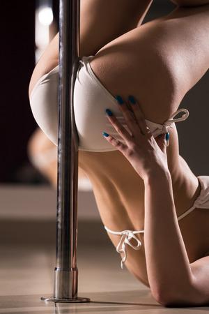 Giovane donna sottile pole dance.