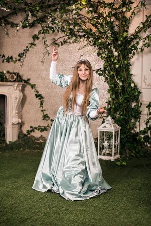 femme romantique: Photo de femme romantique dans jardin f�erique Banque d'images