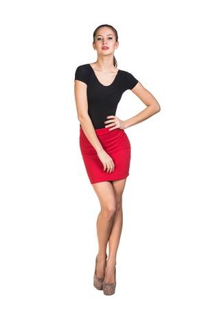 falda corta: Chica sexy encantadora en falda corta de color rojo sobre fondo blanco