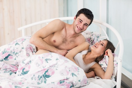 pareja durmiendo: Pareja en el amor en la cama
