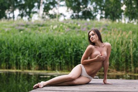 nude young: Красивая молодая обнаженная женщина на открытом воздухе портрет на озере