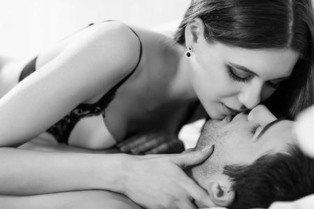 haciendo el amor: Pareja joven apasionada de hacer el amor en la cama