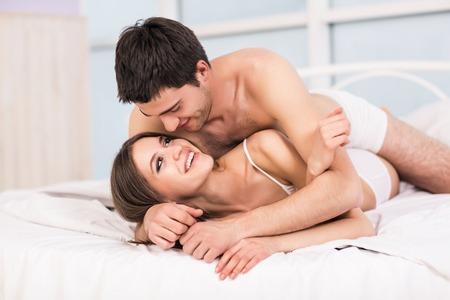 cama: Amor joven pareja en la cama, escena romántica en el dormitorio