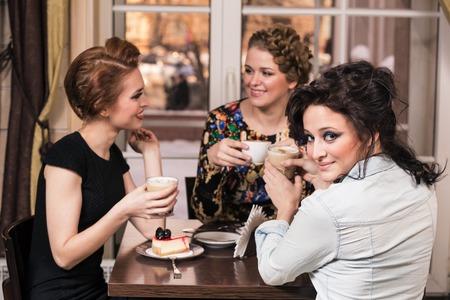 personas tomando cafe: Grupo de gente feliz beber caf� en la cafeter�a Foto de archivo