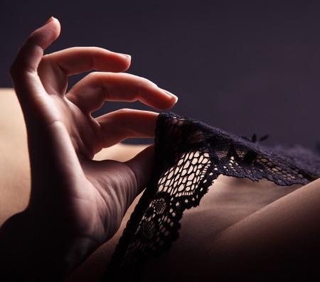 desnudo de mujer: Mano Juguet�n bragas negras tocar