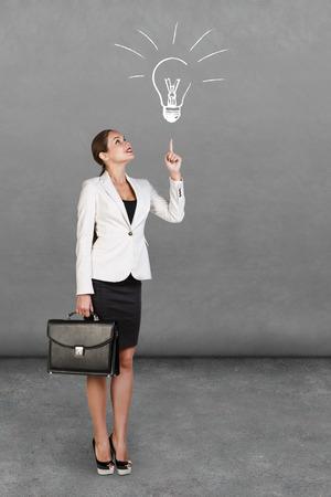 ?  ?       ?  ?      ?  ?     ?  ?    ?  ? �female: joven empresaria feliz con la cartera a aparecer Foto de archivo