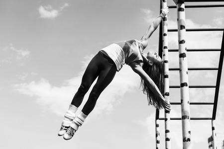 gogo girl: Workout Mädchen mit Himmel im Hintergrund Lizenzfreie Bilder