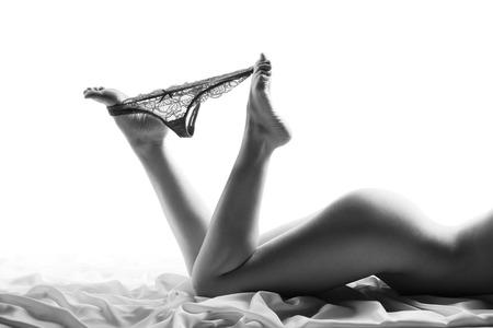 pareja desnuda: Colofón. Piernas hermosas de la mujer con las bragas