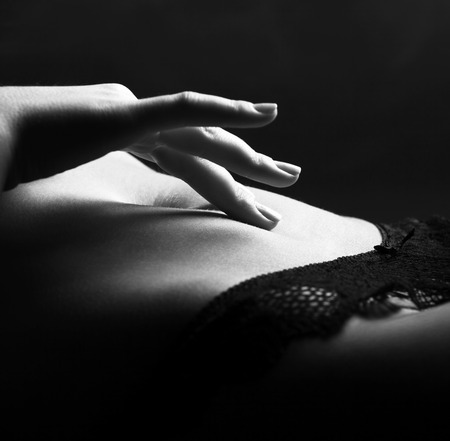 mujeres negras desnudas: Mano Juguet�n conmovedora abdomen. de cerca