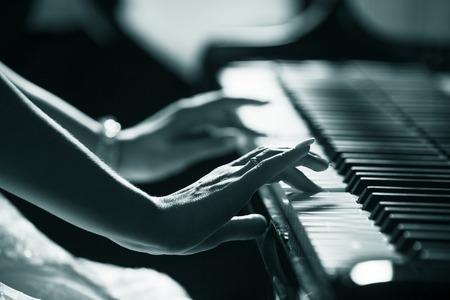 tocando piano: Tocar el piano de cerca las manos