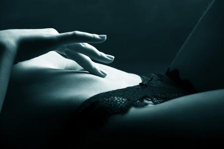 femme sexe: Main ludique abdomen touchante. fermer