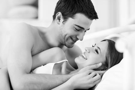 verliefd stel: Paar in liefde in bed Stockfoto