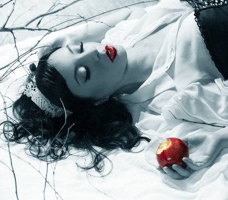 snow white girl poisoned apple