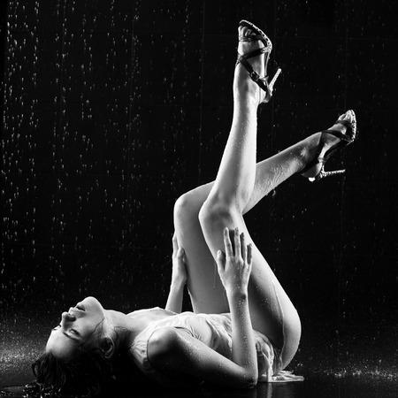 femme noire nue: Jeune femme pose sexy. Eau studio photo.