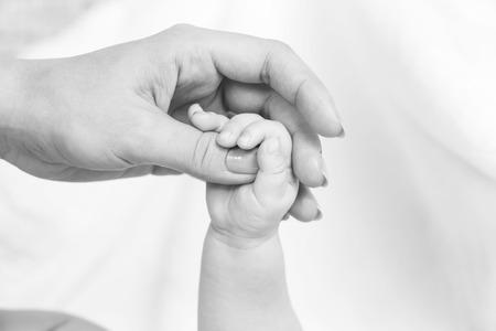mains de bébé et maman