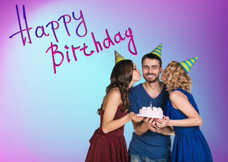 personas festejando: Tres personas felices celebrando una fiesta de cumpleaños
