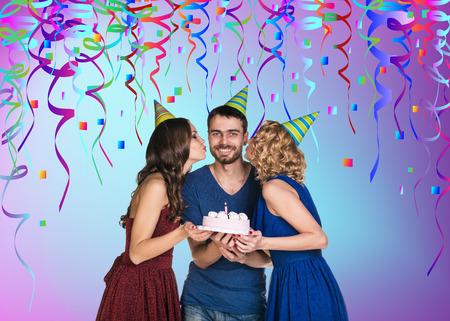 personas celebrando: Tres personas felices celebrando una fiesta de cumplea�os