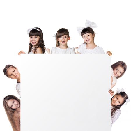 petite fille avec robe: C�t� Gros plan des filles restent autour cadre vide