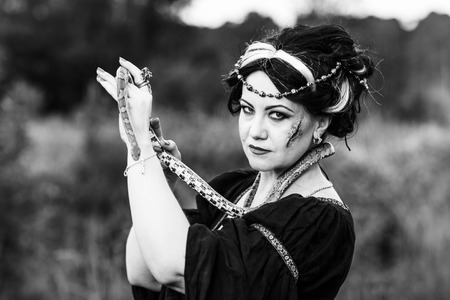 mujer fea: Mujer fea con la serpiente. Conjure Bruja aire libre