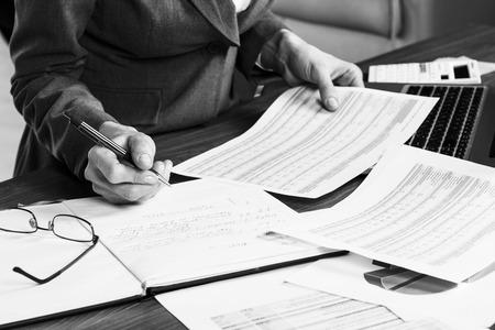papeles oficina: Primer plano de una mano femenina de c�lculo, en el escritorio de oficina. Foto de archivo