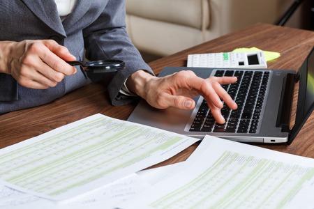 gente exitosa: Primer plano de una mano femenina de c�lculo, en el escritorio de oficina. Foto de archivo