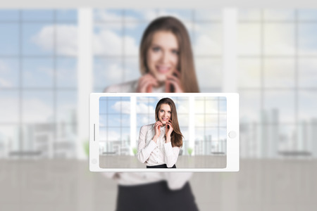 secretaria sexy: Tel�fono hace la foto de la mujer joven en el fondo de la oficina
