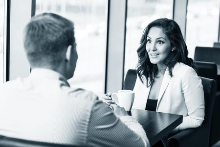 hombre tomando cafe: Pareja disfrutando de caf� y hablando en el caf�