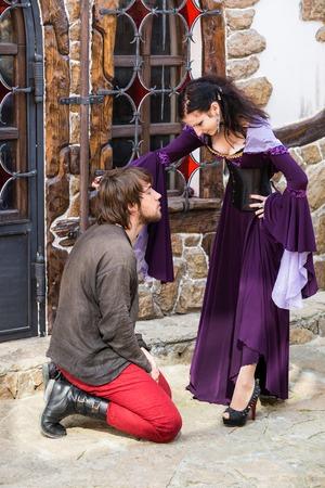 to kneel: Hombre de pie arrodillarse delante de la mujer