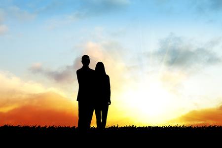 Silhouetten der glücklichen Familie bei Sonnenuntergang Zeit Standard-Bild - 45626165