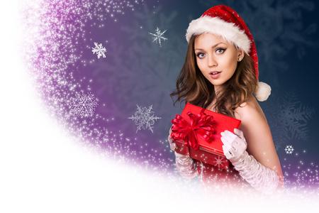 estrellas moradas: Fondo del invierno con la muchacha de Santa y copos de nieve en el backgroung azul