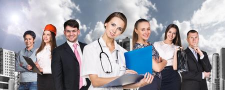 다른 직업을 가진 사람들은 도시 배경에 서 있습니다. 스톡 콘텐츠 - 46989950