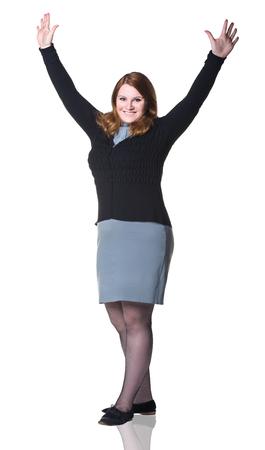donne obese: Business donna sorridente con le mani in alto, isolato su sfondo bianco