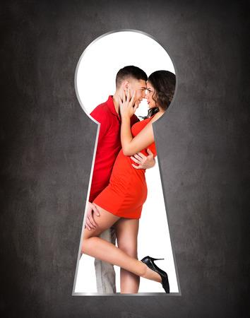 pareja enamorada: Alguien que mira a escondidas a trav�s del ojo de la cerradura de la joven pareja