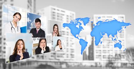 wereldbol: Portretten van mensen in de buurt kaart met pictogrammen op de achtergrond van de stad. Elementen van deze afbeelding geleverd door NASA Stockfoto