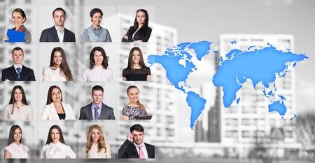 gente comunicandose: Retratos de personas cerca de un mapa con iconos en el fondo de la ciudad. Los elementos de esta imagen proporcionada por la NASA