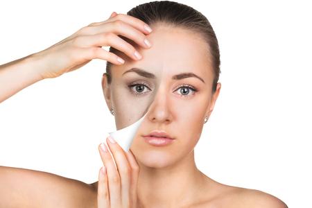 Junge Frau, die, getrennt auf Weiß, vor und nach der Retusche, Schönheitspflege, Hautpflege-Konzept.