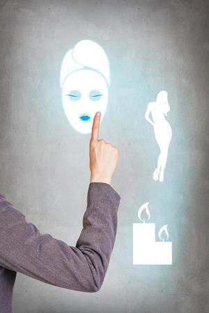 point d interrogation: Penser femme d'affaires sur fond gris avec le doigt au visage Banque d'images