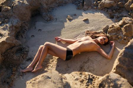 Belle femme sexy posant sur la côte rocheuse sauvage Banque d'images - 50323920