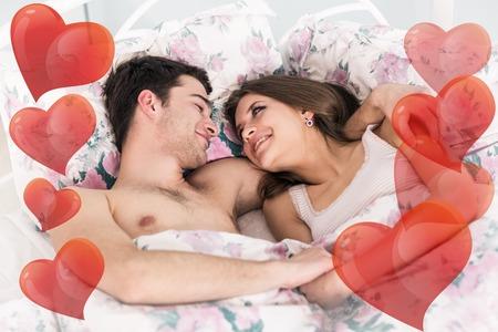 amantes en la cama: Pareja joven en el amor durmiendo juntos en la cama