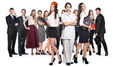 diferentes profesiones: Mujeres de negocios exitosas de diferentes profesiones con la gente se aglomera fondo. Aislado en blanco