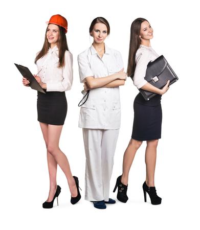 Tres mujeres sonrientes atractivos con diferentes profesiones aisladas en blanco